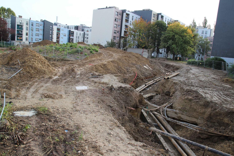 Installation du réseau de chauffage souterrain avant l'aménagement du parc Grimm, maille Catherine.