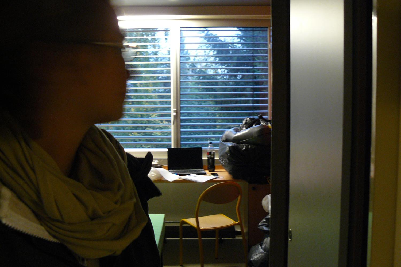 Caroline, étudiante allemande erasmus, est envahit par les punaises et ne parvient plus à dormir.