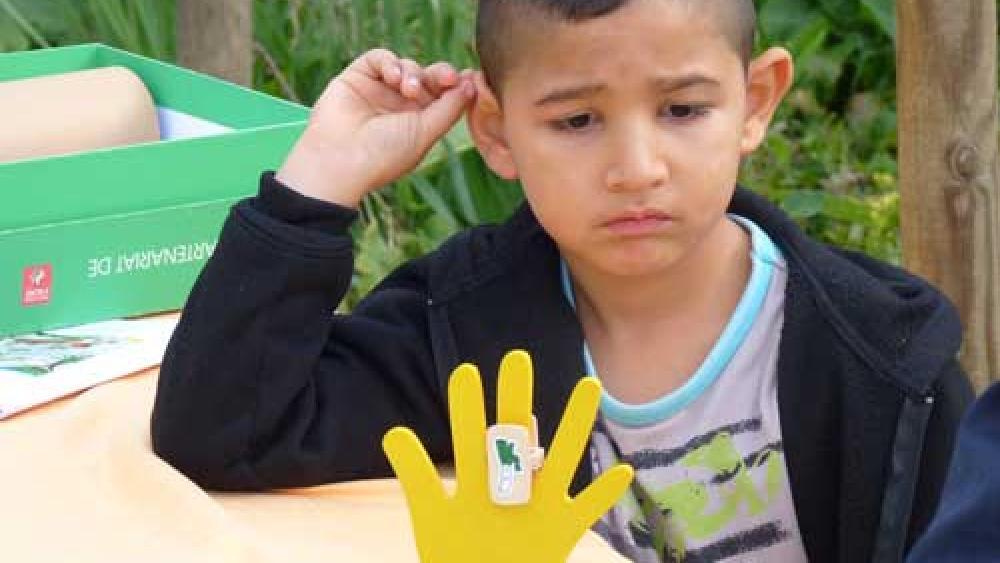 Chaque participant s'est vu remettre une main de couleur.