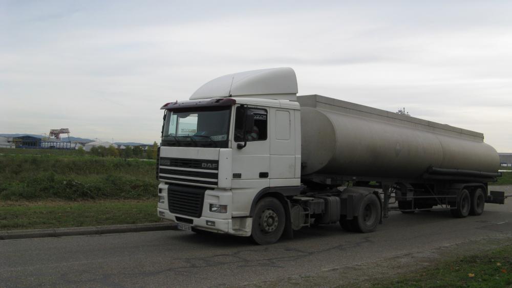 Le quai est aussi emprunté par des camions, transportant les produits fabriqués ou stockés par les entreprises du port.