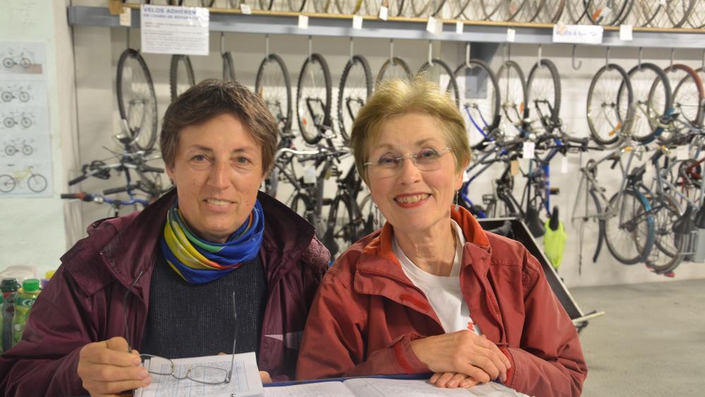 Mireille Metz (g.) et Chantal Krafft, la secrétaire de l'association (d.), attendent les adhérents à l'accueil.