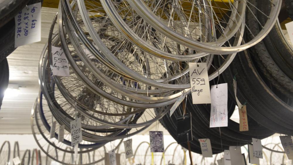 Dans le local de la Vélostation, on peut acheter des pièces de vélo.