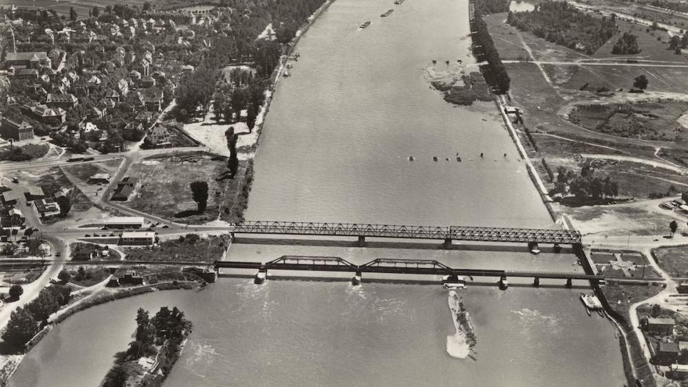 Après la deuxième guerre mondiale, une passerelle routière jouxtait le pont ferroviaire.