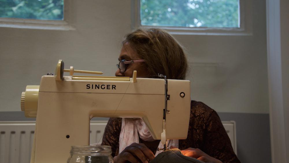Rosa est sortie de sa retraite pour apprendre la couture.