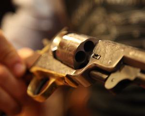 Vacarmes : les armes dans la société