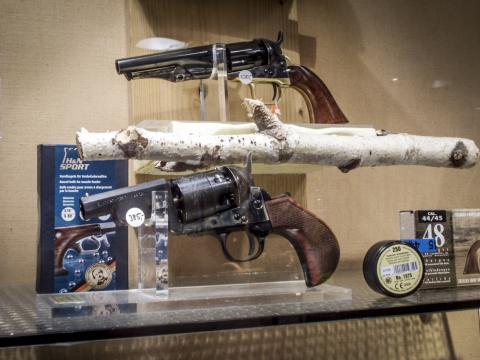 Arme exposée chez un armurier
