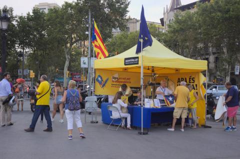 Stand de promotion de l'indépendance de la Catalogne avant le premier référendum, place de Catalogne, juillet 2014.