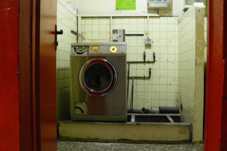 Au rez-de-chaussée du bâtiment B, une seule machine à laver pour une centaine d'étudiants.