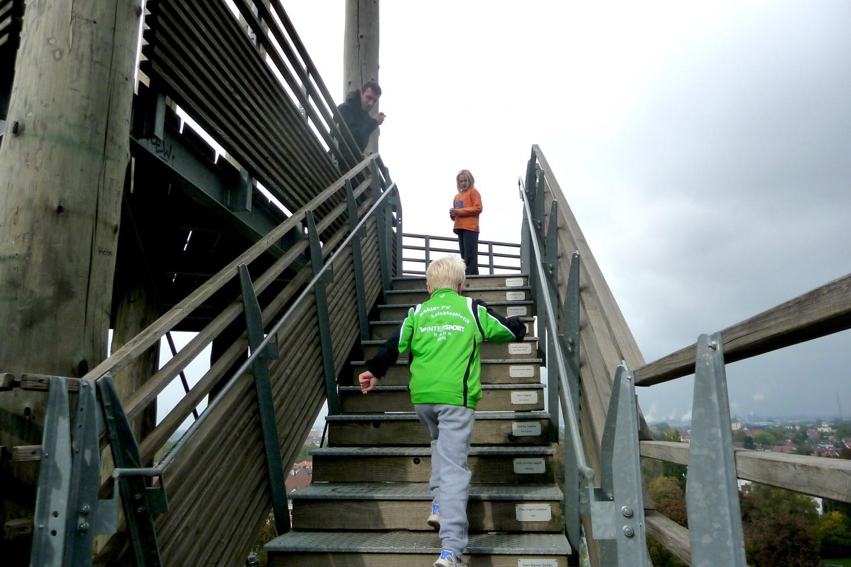 Son petit frère, Mattis (7 ans), est arrivé au sommet au bout d'une minute 45.