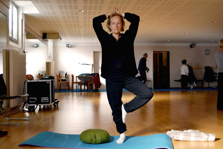 Véronique, 62 ans, 40 années de pratique : sa posture favorite, l'arbre.