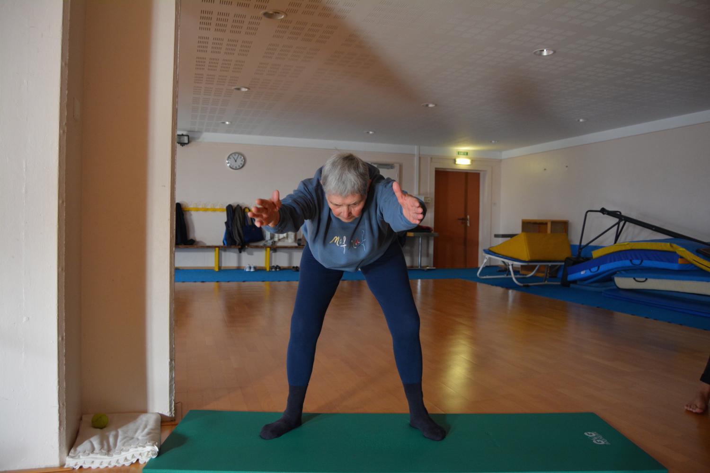 Josette, 86 ans, 15 années de pratique : elle préfère les postures où elle se sent stable.