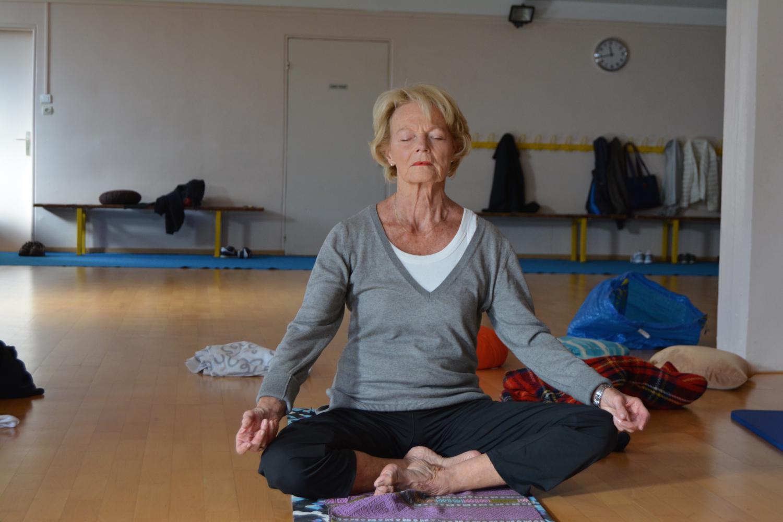 Françoise, 74 ans, dix années de pratique : le yoga lui a appris à mieux respirer.