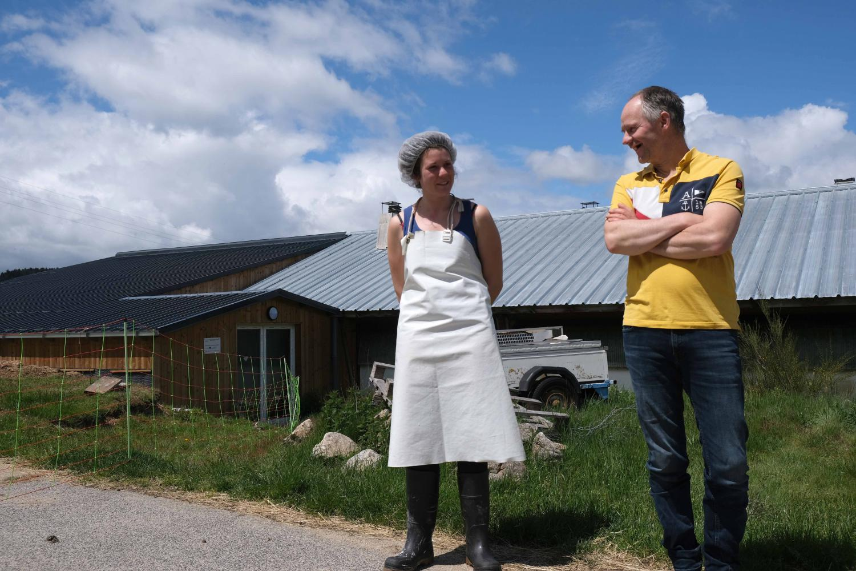 Soline et son patron, Jean-Régis, devant la bergerie