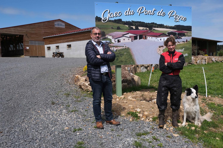 Laurine Rousset et Fabrice Bouquet, directeur de la FDSEA 43, devant l'exploitation de Laurine à Monlet