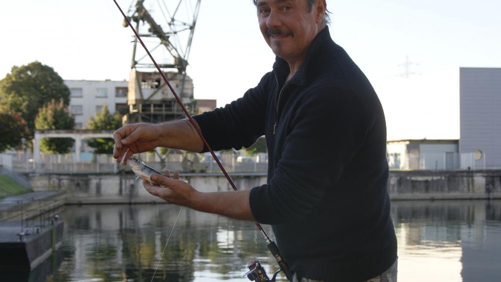 Christian ne se soucie pas de la pollution du port en amont.