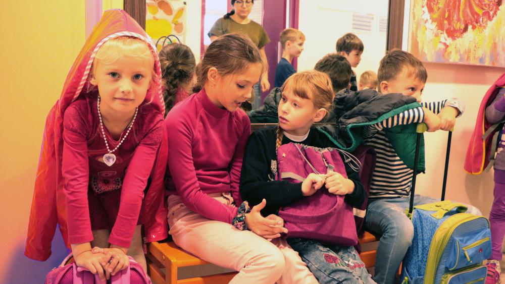 Entre deux cours, Catherine (à gauche), 6 ans, attend dans le hall avec ses camarades. /Photo Marine Godelier