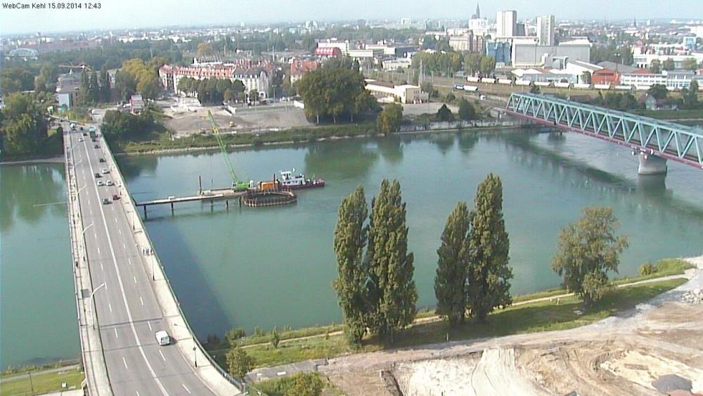 Une entreprise allemande travaille actuellement sur le batardeau au milieu du Rhin. Il permettra de construire la pile centrale.