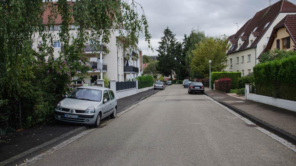 La rue des Chanoines-Lux est résidentielle, au centre du Stockfeld.