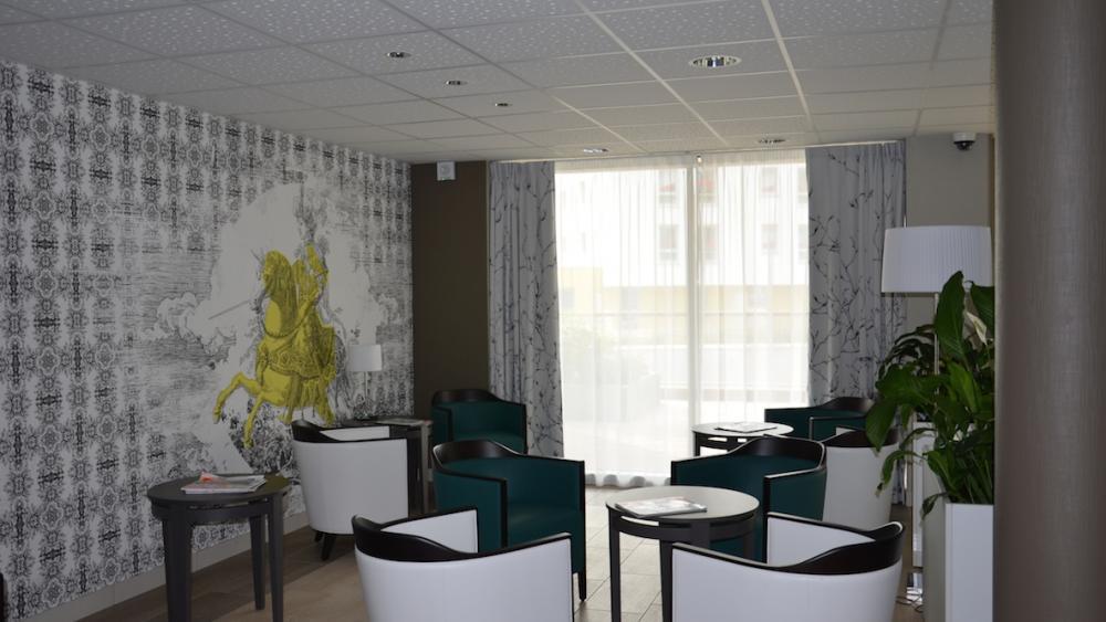 La salle de séjour commune est ouverte aux résidents pour leurs loisirs.