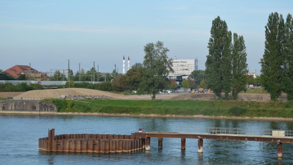La pile centrale du pont est située sur la frontière franco-allemande. Elle sera terminée à la fin de l'année.