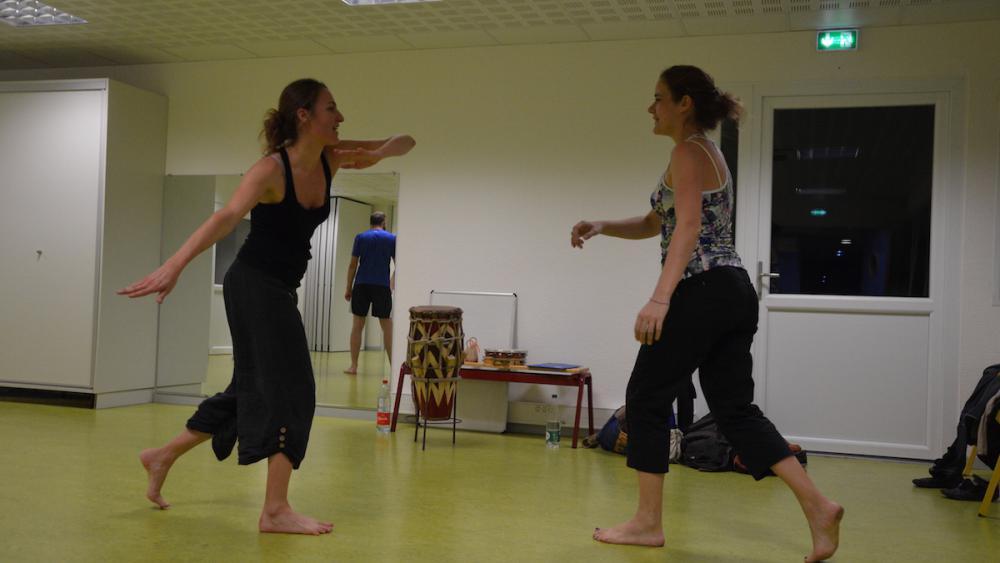 La ginga, balancement d'un pied sur l'autre, est le mouvement de base de la capoeira