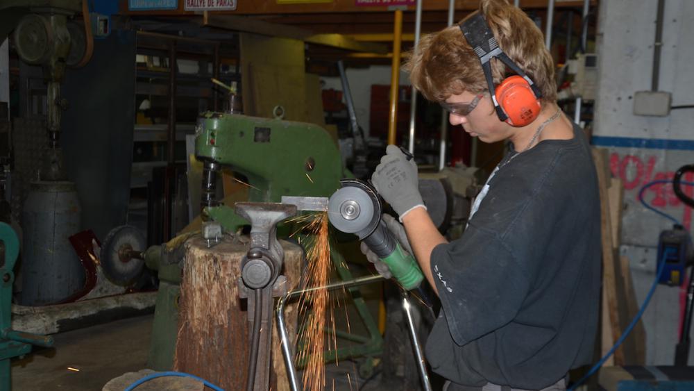 La plupart des employés de l'atelier ont appris les techniques sur le tas.