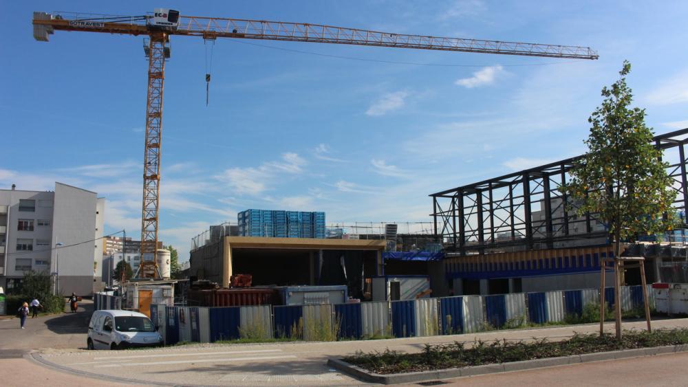 Le futur bâtiment de la médiathèque sort doucement de terre.