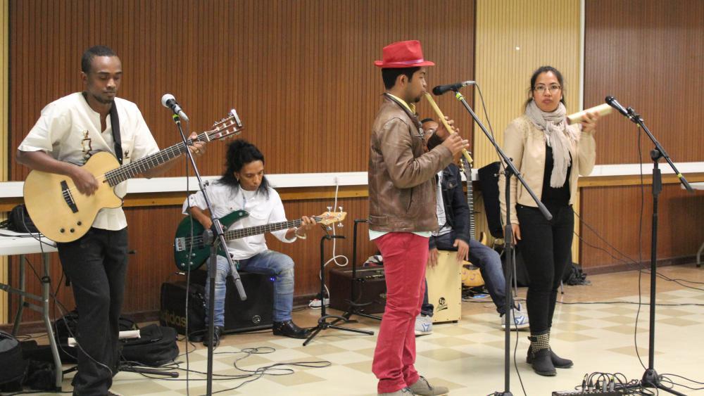 La soirée, organisée par l'association Entre ici et Mada, a été animée par le groupe malgache Tsylef.