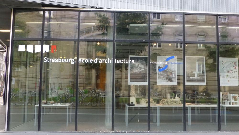 L'exposition est visible depuis la rue à travers le hall vitré.